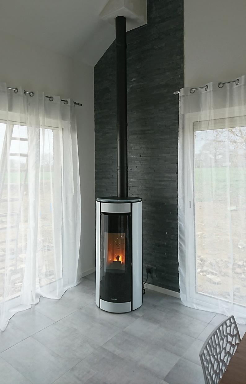 po le granul s jolly mec botero noir avec verre blanc adoss un mur en ardoise. Black Bedroom Furniture Sets. Home Design Ideas